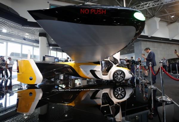 飛天車翼展全開時長度為9公尺,最高飛行時速可達360公里。(路透)