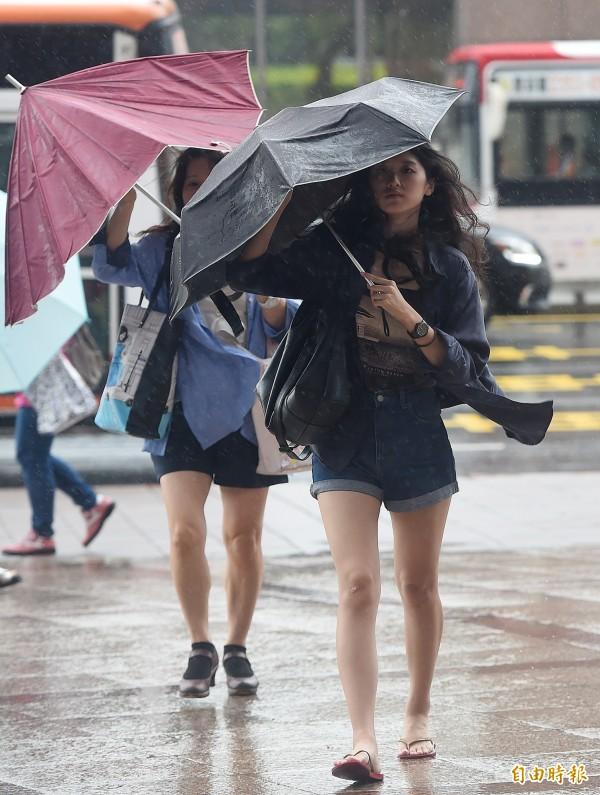 明(12)日的天氣受到南北兩個天氣系統影響,北、東及南部的天氣都不穩定,且雷雨、陣雨機率偏高。(資料照,記者廖振輝攝)