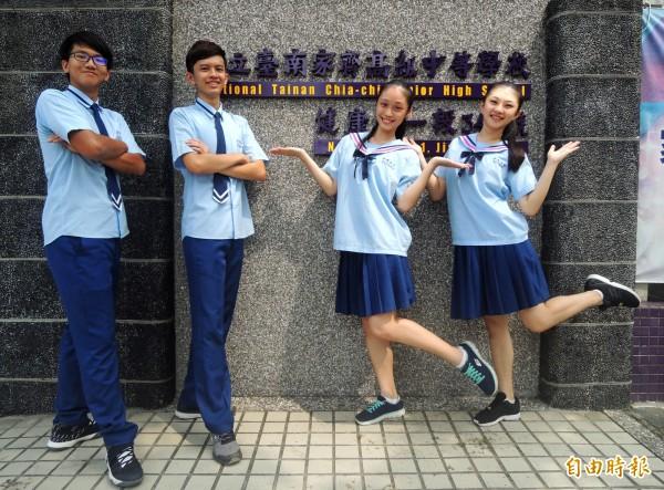 家齊高中制服暱稱「小藍藍」,女生海軍領配深藍色百褶裙,曾獲選最萌女校服;男生領帶有兩條白色的線條,帥氣又活潑。(記者劉婉君攝)