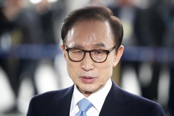 李明博今天上午前往首爾市中央地方檢察廳接受檢方訊問。(美聯社)