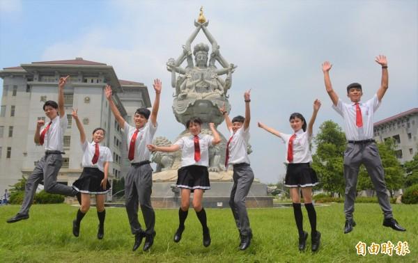台中市慈明高中雖是佛教學校,制服融合佛教圖騰和日韓高校風,洋溢青春活力。照片背景為校內地標文殊菩薩像。(記者陳建志攝)