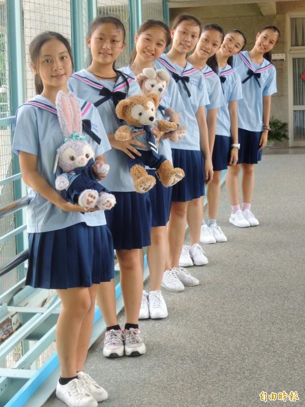 家齊高中制服曾獲選「最萌女校服」,服裝科學生還製作娃娃版的男女校服。(記者劉婉君攝)