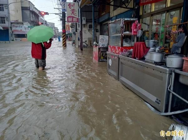 今早暴雨狂轟猛炸南台灣,造成台南、高雄、屏東多處積水。圖為高雄美濃市區淹大水。(記者黃佳琳攝)