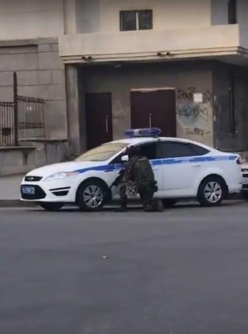 持槍男子已遭擊斃。(圖擷自YouTube)