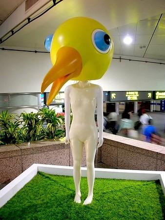 讓日本遊客印象最深刻的,是台北車站的鳥人愛維思(Aves)。(圖擷取自當代藝術館)