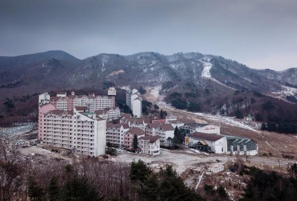 南韓阿爾卑斯山滑雪度假村坐落在與北韓邊界處,昔日頗具規模的度假勝地,如今已杳無人煙。(法新社)