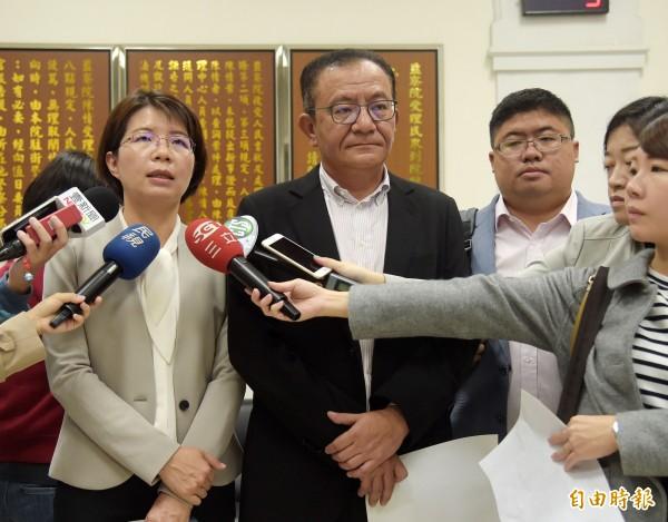 民進黨立委高志鵬(中)、黃秀芳(左)等11日赴監察院告發現任羅東鎮長林姿妙濫權瀆職。(記者黃耀徵攝)