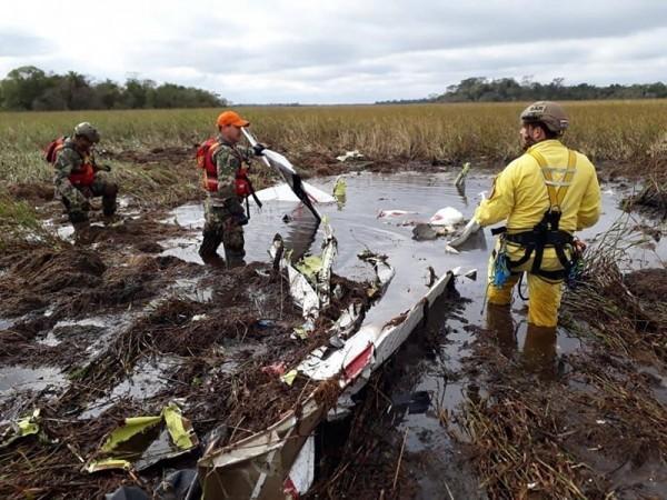 失事飛機嚴重解體,機上4人全數罹難。(美聯社)