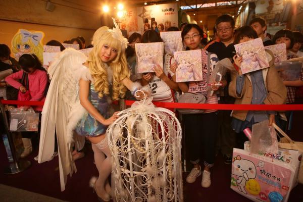 有「最萌少女漫畫家」之稱的《極道甜心》的作者陳漢玲,以cosplay造型出席簽名會,尤其是她挑戰書中女主角韓娜娜最新刊的封面扮相,甚至連及地的白色羽毛與華麗鳥籠裝飾都完美呈現,驚豔全場。(圖由尖端提供)