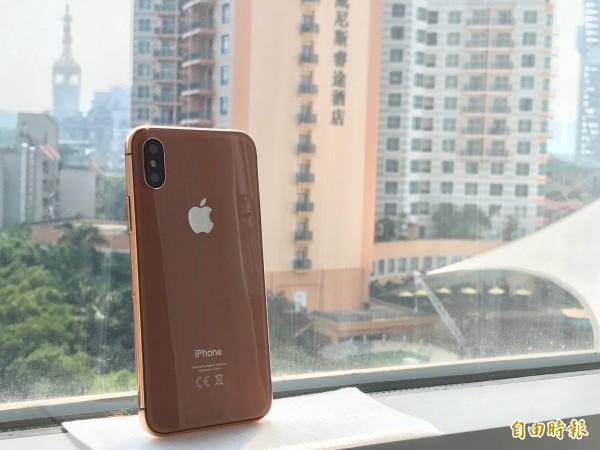 依往例,Apple iPhone新機發表前,總會有供保護套廠商預先翻模的模型機流出,記者也在深圳發現,垂直雙鏡頭與Apple LOGO,讓人一眼就認出。(資料照,記者陳炳宏攝)