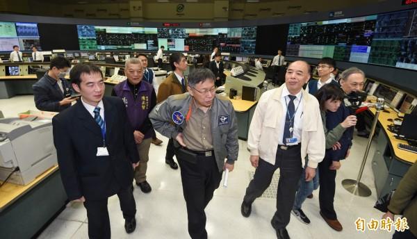 台北市長柯文哲上午前往北市交控中心,關心春節疏運情況。(記者劉信德攝)