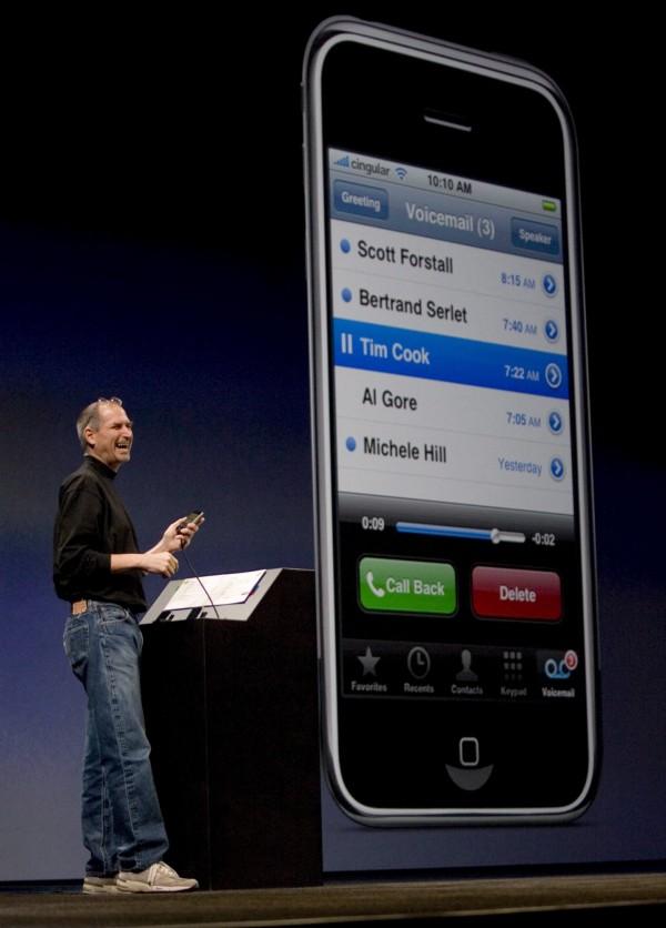 《彭博》報導指出,取消Home鍵將成為iPhone至今最大變革之一。圖為2007年蘋果產品發表會,前執行長賈伯斯介紹第一代iPhone。(法新社)