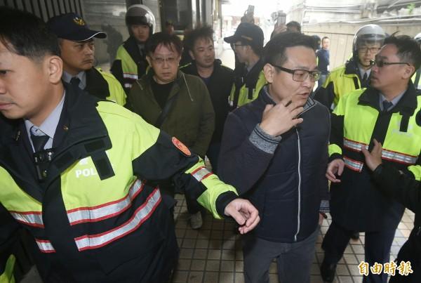 胡男等3人與學生發生多起口角、推擠衝突,最後被大批警力依現行犯逮捕。(記者廖振輝攝)