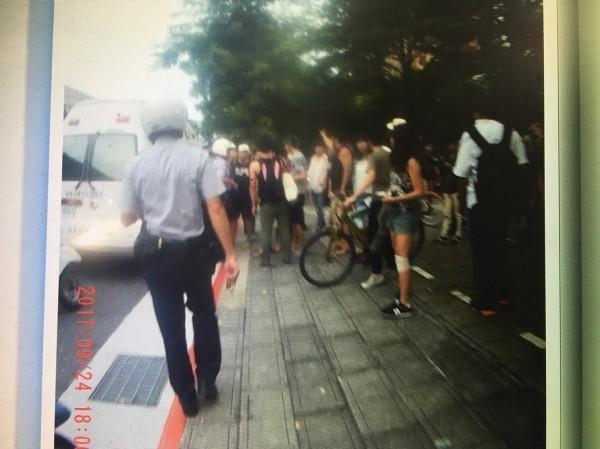 陳茻表示:「每一次這群人打人,警察都不會來。」警方到場時,統促黨早已離開。(記者姚岳宏翻攝)
