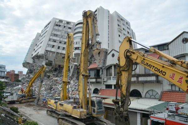花蓮6日深夜發生地震,災情最慘重的雲門翠堤大樓目前已進入拆除階段。(記者王峻祺攝)