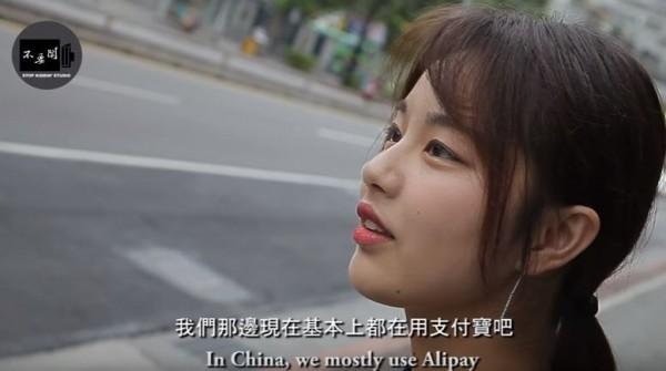 女學生說,在中國都普遍使用支付寶付款,不管是買東西、繳費、搭車等都可以用支付寶。(圖取自YouTube)