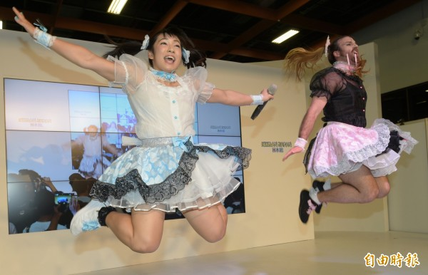 由「鬍鬚女」(右)與最萌健康美少女才木玲佳(右左)組成的日本偶像團體「DEADLIFT LOLITA」,13日來台展現女僕蕾絲與肌肉的「反差萌」,炒熱漫畫博覽會現場氣氛。(記者張嘉明攝)