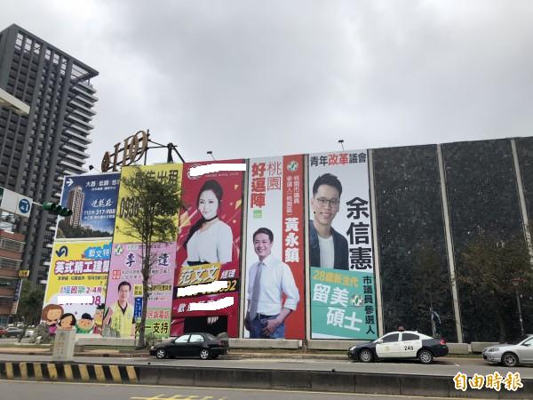 汽車旅館外牆懸掛不少選舉廣告,「文文」就在中間。(資料照)