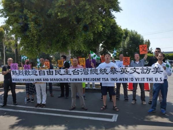 來自中國的異議份子,在蔡總統下榻的飯店前,齊舉著支持自由民主口號。(圖擷自王定宇臉書)