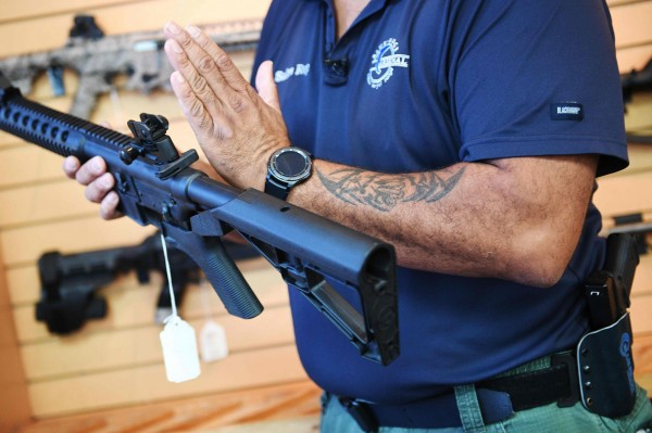 美國一名高中生因不想上學,媽媽竟氣到開槍,擊中他的肩膀。圖為示意圖與本新聞無關。(法新社)