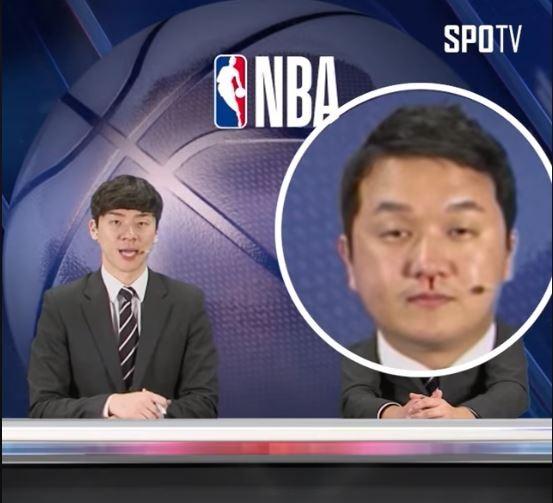 趙賢日在播報NBA賽事時,在鏡頭前流下鼻血。(圖擷取自「SPOTV 스포티비」臉書)