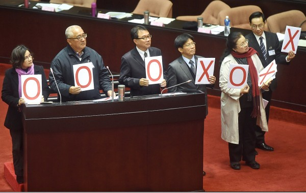 "Six of the 11 Control Yuan nominees, from left Wang Yu-ling, Walis Perin, Lin Sheng-feng, Kao Yung-cheng, Tien Chiu-chin and Peter Chang, hold up ""Yes"" (O) and ""No"" (X) cards when answering legislators' questions at the Legislative Yuan in Taipei yesterday. Photo: Chien Jung-fong, Taipei Times"