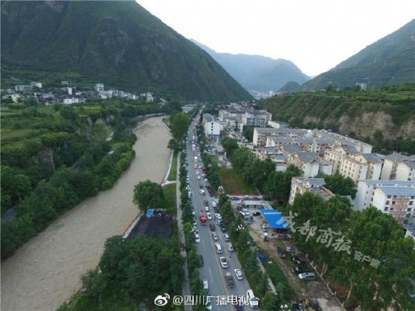 地震過後,空拍九寨溝縣城。(圖擷取自微博)