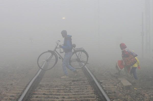 印度首都圈连日深陷严重雾霾,空气品质指标(AQI)已连续4天达「严重」等级。(法新社)