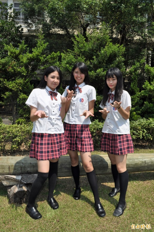 女孩們喜歡穿制服逛街,也幫父母省下不少「治裝費」。(記者周敏鴻攝)