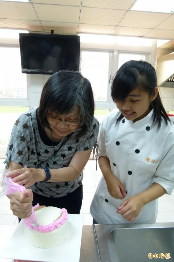 「母親節蛋糕DIY烘焙體驗」課程。(記者蔡宗勳攝)