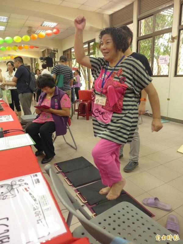 社區陪伴站提供多項健康檢測項目,一位阿嬤針對心肺做檢測。(記者李雅雯攝)