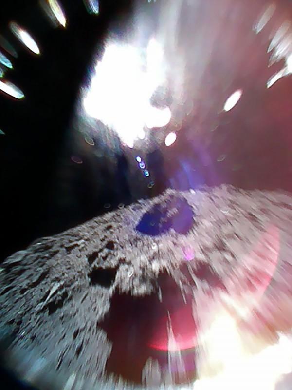隼鳥2號於昨天順利傳回小行星「龍宮」表面影像。(法新社)