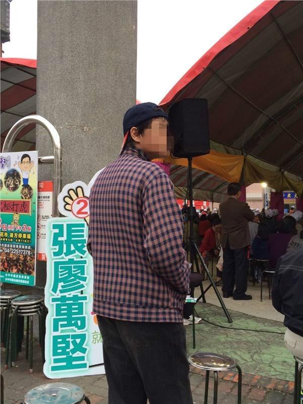 長相極似蔣友青的男子反戴球帽、穿球鞋,獨自站在會場後方聽了近1個半小時的政見發表。(圖擷自PTT)