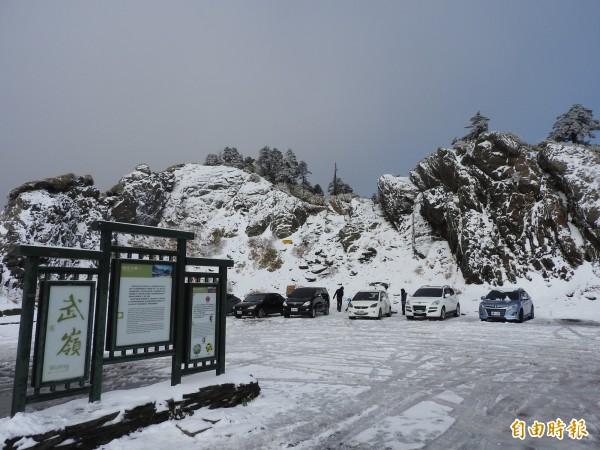 氣象局指出,水氣今晚就會接近,合歡山在今入夜到明天清晨有望降雪。圖為合歡山今年1月首度降雪的畫面。(資料照,記者佟振國攝)