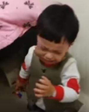 曾姓女網友日前帶著女兒去打預防針,同行的3歲兒子見狀,以為妹妹被欺負,急得直呼「不要打妹妹」,最後還跪地崩潰痛哭。(圖翻攝自《爆料公社》網站影片)