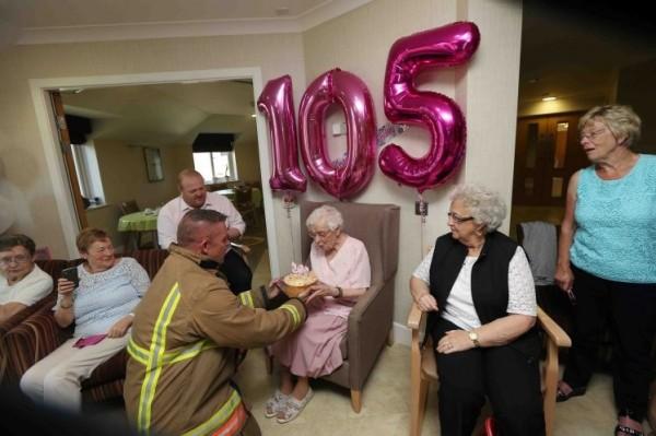 當消防隊員爬進三樓窗戶,將蛋糕拿到艾維納面前時,她驚喜地流下了眼淚。(圖擷取自METRO)