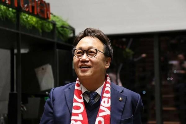 首爾市長競選人閔丙梪,涉入性騷醜聞。(圖擷自閔丙梪臉書)