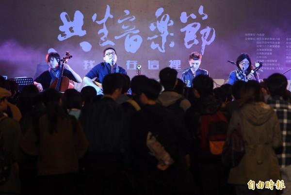 2016共生音樂節28日在總統府前凱道舉行,眾多學校與民間社團在場設攤,以青年的角度紀念228。(記者廖振輝攝)