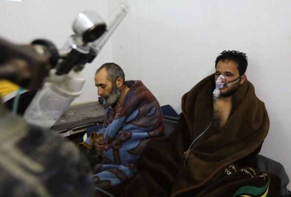 叙利亚政府在2月4日空袭萨拉克布后,有11人因呼吸困难就医。(法新社)