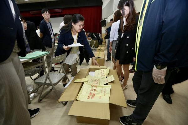台北地院3日赴北市選委會進行驗票程序。(台北市攝影記者聯誼會提供)