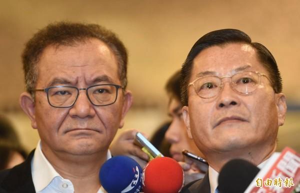 遭最高法院判決4年半定讞的民進黨立委高志鵬(左)今出面受訪時強調,將提起非常上訴與再審,爭取清白。(記者劉信德攝)