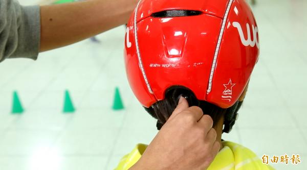 幫小朋友挑選滑步車時,也別忘了幫小朋友挑選一頂適合的安全帽。(記者陳宇睿攝)