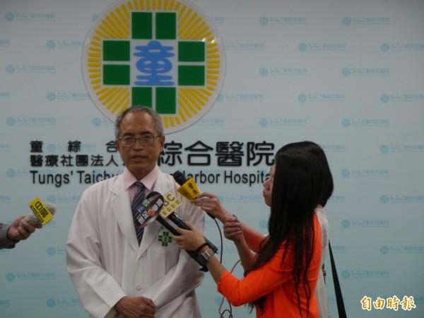 梧棲童綜合醫院執行長盧立華說明秦姓上兵病況。(記者張軒哲攝)
