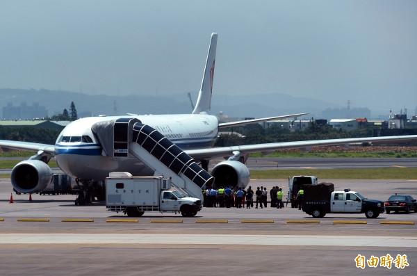 中國國際航空公司網站遭舉報,中國官媒《環球網》在微博標記中國國際航空公司,要求改正。(記者朱沛雄攝)