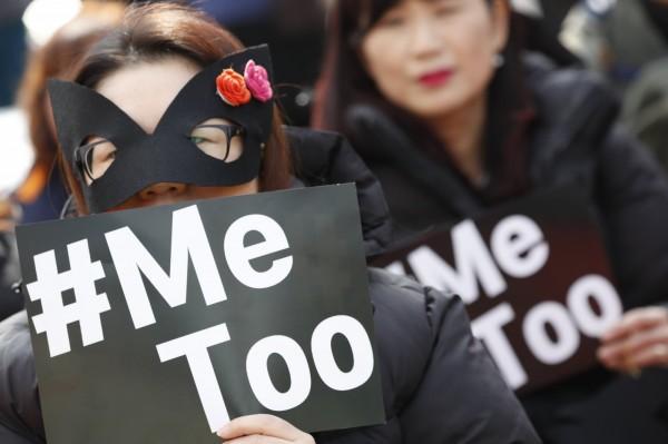 南韓女性受「#MeToo」影響,勇於站出來揭露性騷,一項最新的調查指出,62%的電影女演員、女性電影工作人員都曾遭受性騷擾。圖為3月8日國際婦女節南韓民眾上街支持「#MeToo」運動。(歐新社)