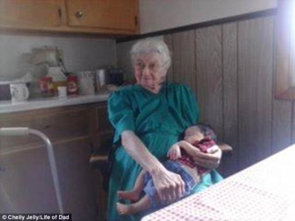 網友紛紛傳上家中長輩與孫子女合照。(圖擷取自英國《每日郵報》)