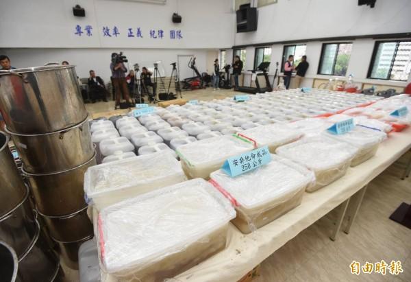 警方在新北市土城區一處鐡皮屋起獲大批安非他命成品及半成品,可製成品3公噸,流入市面將導致嚴重危害。(記者方賓照攝)