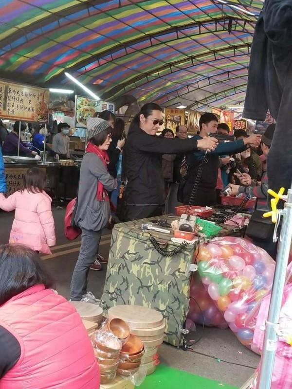 黃安被民眾目睹在當地商區大玩空氣手槍,許多網友對此感到相當憤慨,留言「真想蓋布袋」。(圖擷取自爆廢公社)