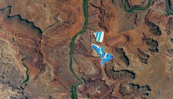 當地屬高原型沙漠氣候,僅在科羅拉多河谷處長有豐富的綠色植被。(擷取自NASA)