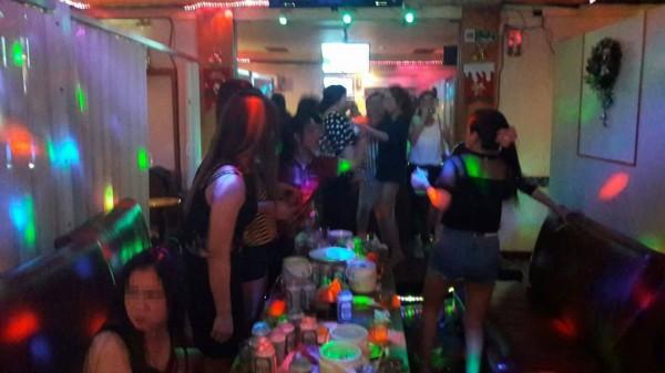 澎湖越南店以霓虹燈增加氣氛,讓客人流連忘返。(民眾提供)